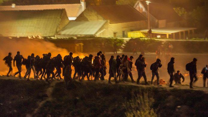 Bewoners worden geëvacueerd uit het kamp in Grande-Synthe.