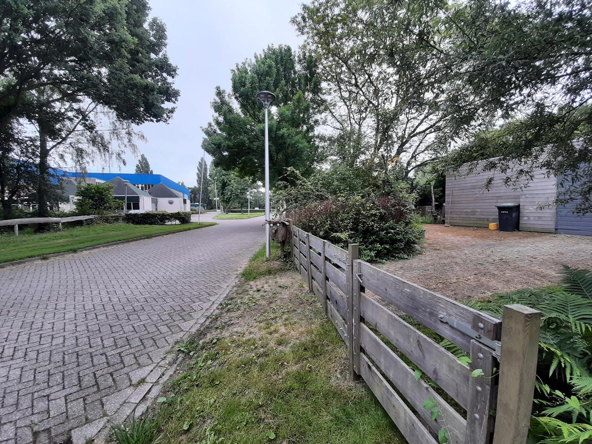 Nico Broodbakker woont schuin tegenover het sportcafé in Olst, en vindt de plek ongeschikt als feestzaal.