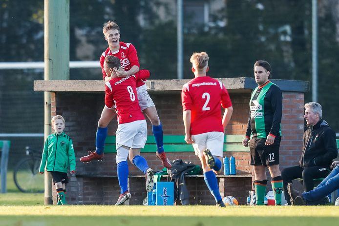 Matchwinner Daniek Maas viert de 2-3 met Martijn Kneepkens.