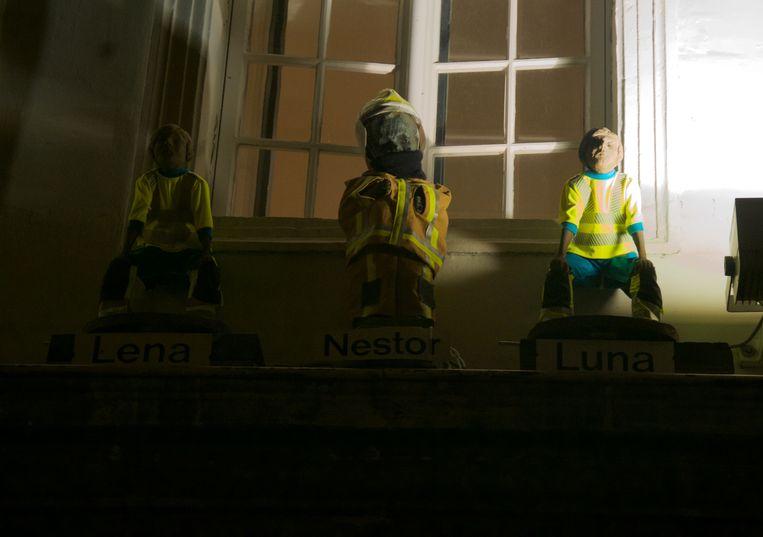 De beeldjes op de Kraanlei dragen voor twee weken een brandweeroutfit.