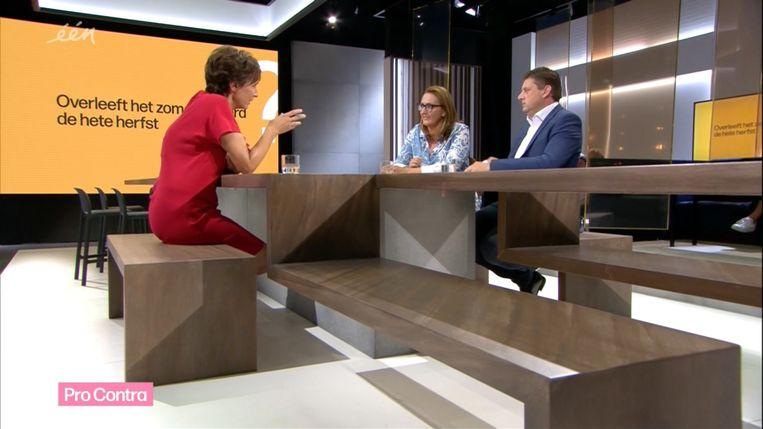 Phara de Aguirre, Gwendolyn Rutten en John Crombez in het nieuwe decor van 'De zevende dag'. Beeld VRT screenshot