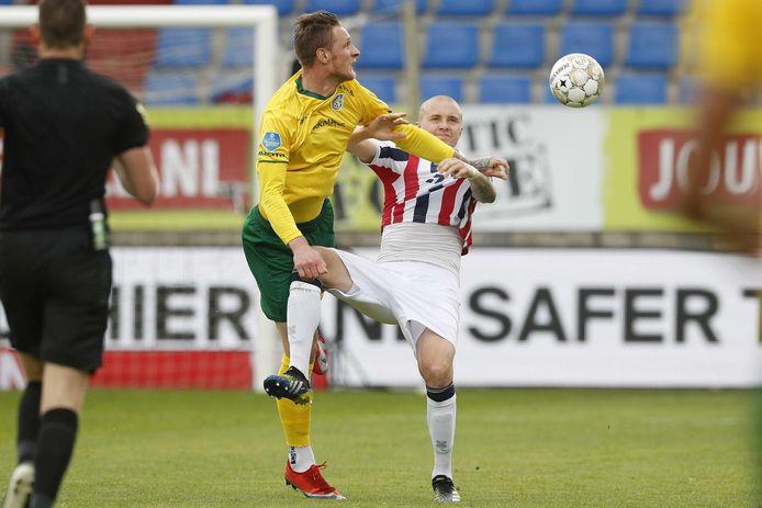 Willem II-verdediger Sebastian Holmén is in een fel duel om de bal verwikkeld met Fortuna Sittard-spits Sebastian Polter.