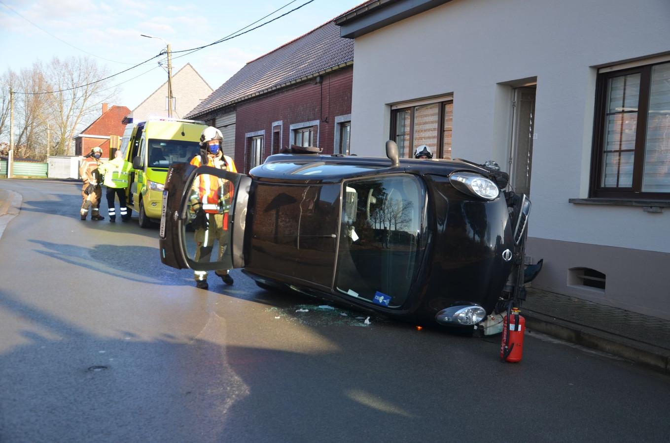 De 58-jarige bestuurster werd door de brandweer bevrijd uit haar wagen.