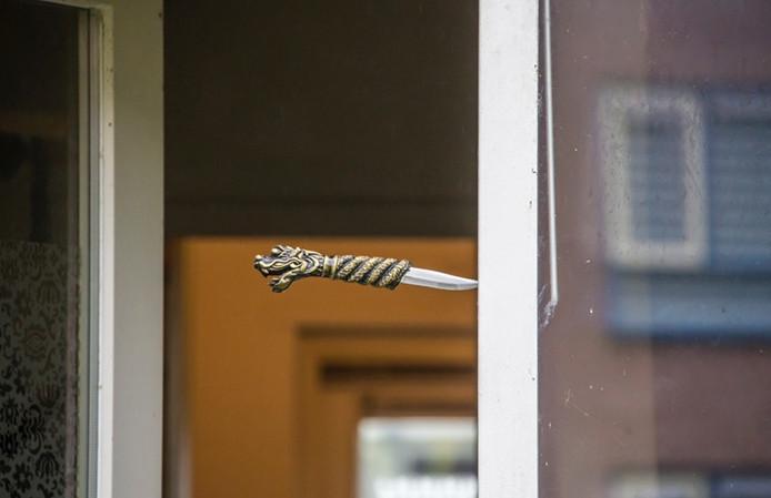 Het mes van de verwarde Mijdrechter belandde in zijn deurpost.