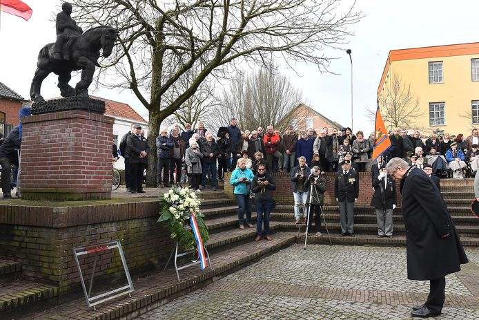 Burgemeester Willibrord van Beek van Gennep legt bij het monument bij de Niersbrug in Gennep een krans.