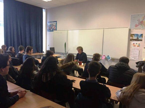 Milieuschepen Reinold De Vuyst legde aan de leerlingen het klimaatplan uit.