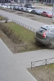 Un père sauve son fils d'une collision avec une voiture hors de contrôle