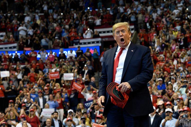 President Trump dinsdag op een verkiezingsbijeenkomst in Florida. Hij spint garen bij de aantasting van Sondlands geloofwaardigheid. Beeld AP