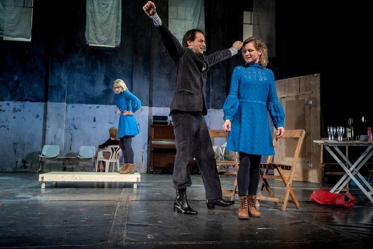 Sophie van Winden (links), Dragan Bakema en Kirsten Mulder in Kom hier dat ik u kus. Beeld Ben van Duin