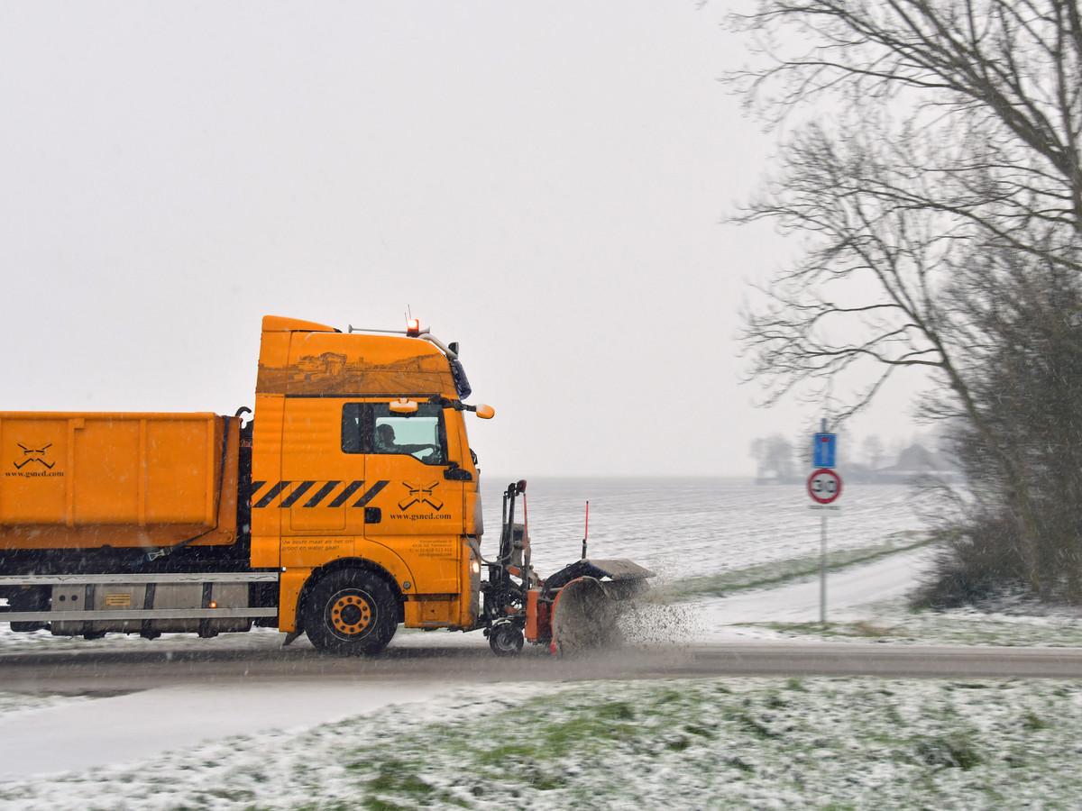 Sneeuwschuivers op de doorgaande weg bij Driewegen op weg naar Hoofdplaat en verder.