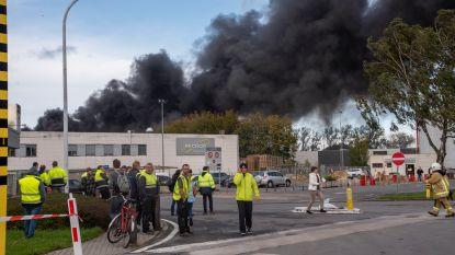 Zware bedrijfsbrand bij Recticel Wetteren onder controle: zo'n 300 werknemers geëvacueerd