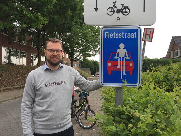 Mobiliteitsschepen Pieter Muyldermans in één van de fietsstraten in Hoeilaart.