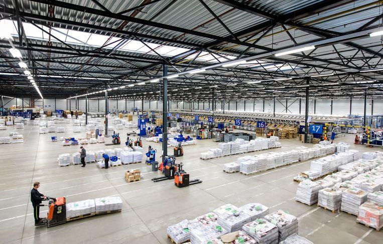 Medewerkers in het sorteercentrum van postbedrijf Sandd.  Beeld ANP