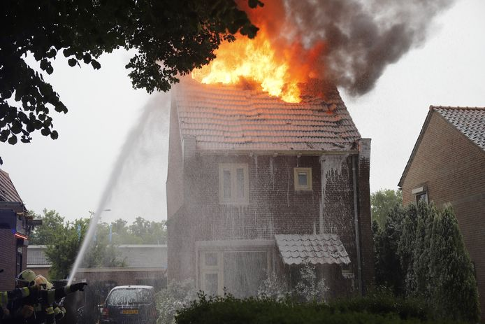 Blikseminslag veroorzaakt brand in Cuijk.