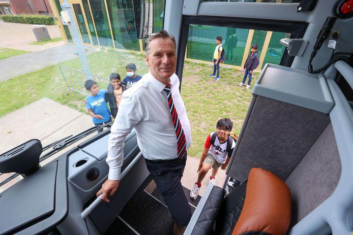 Commercieel directeur Peter Tonnaer van Kupers springt in als chauffeur.  Hij heeft een rit met kinderen van de Internationale School in Eindhoven.
