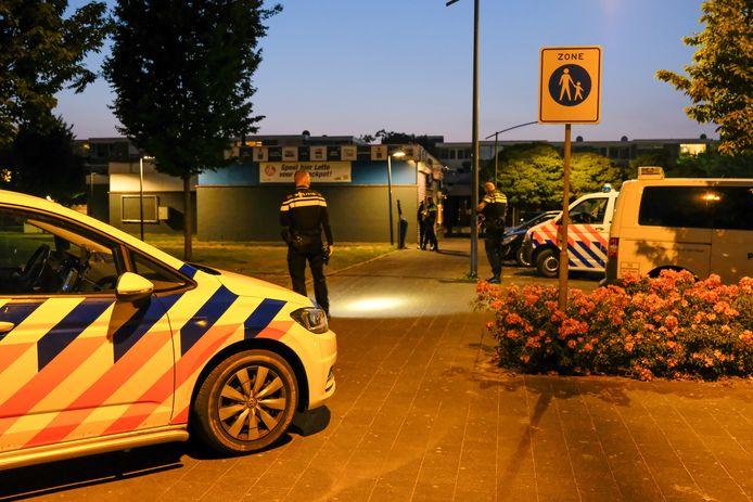 Onderzoek op de Reigerlaan in Vlaardingen na een mishandeling bij winkelcentrum Holiërhoek.
