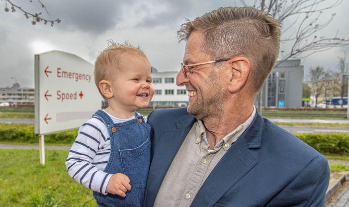 Theo Haverkamp met zijn kleinzoon Deyenn.