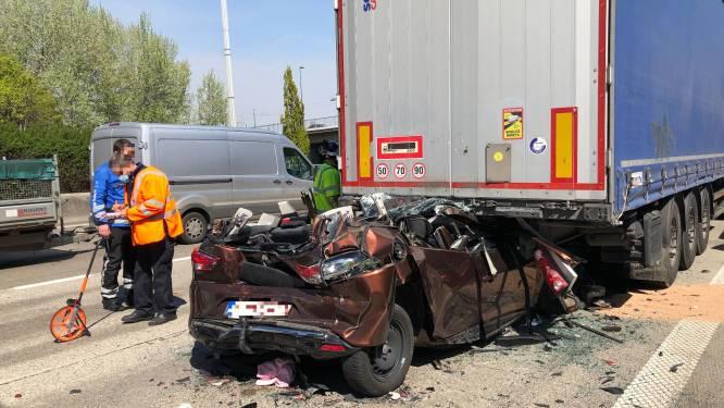 Auto geplet tussen twee vrachtwagens op Antwerpse ring: bestuurster slechts lichtgewond