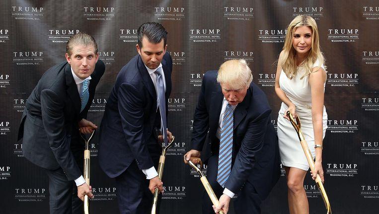 Protectionist Eric, Donald jr., Donald en Ivanka Trump steken de eerste spade in de grond voor de bouw van weer een Trump Hotel. Beeld WireImage
