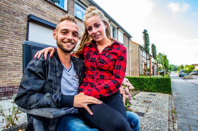 Cheryl en Gino zijn blij met hun nieuwe woning in Numansdorp. ,,Rotterdam is een stuk dichterbij dan je denkt.''