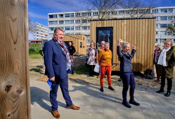 Wethouder Stam draagt tijdens de opening de sleutel van de gemeenschappelijke ruimte over aan bewoonster Kerstin Thederan.