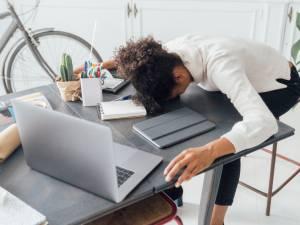 Pourquoi sommes-nous si fatigués alors que la vie sociale est à l'arrêt?