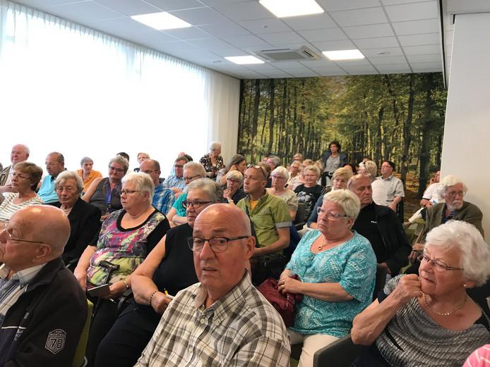 Bezorgde cliënten van huishoudelijke hulp, vorig jaar bijeen in het Vakbondshuis Roosendaal.