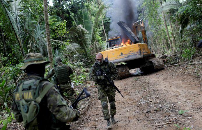 Machinerie van een illegale mijn wordt vernietigd in Brazilië. Archiefbeeld.