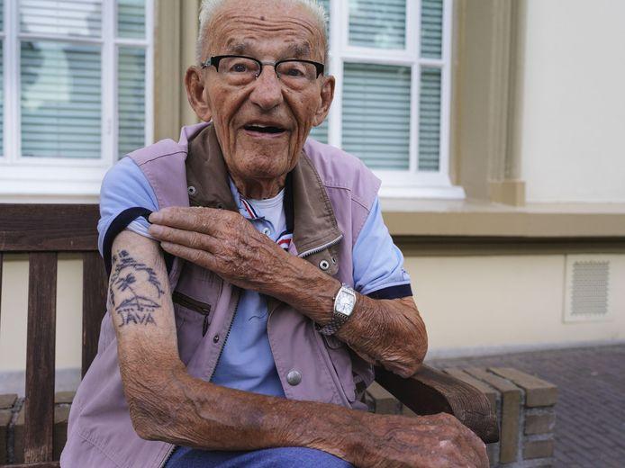 Indië veteraan Jos Wouters op  landgoed Bronbeek in de fotoreportage 'Bronbeek in tijden van corona' van Suzanne Liem. Hara bijschrift: 'Als hij zou kunnen zou de heer Wouters zo weer op missie gaan.'