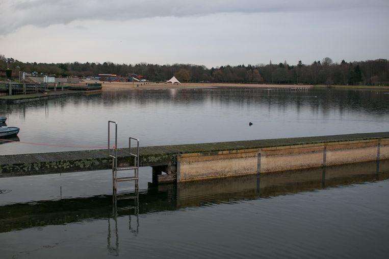 Onder meer aan de startblokken van het 50 meter-bad is goed zichtbaar hoe sterk het waterpeil is gezakt.
