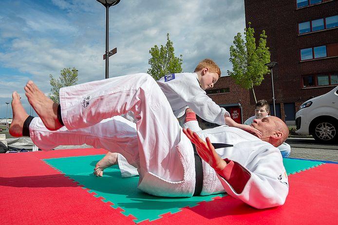 Eric Markgraaff geeft buiten judoles en is heel blij dat hij waarschijnlijk weer naar binnen mag.