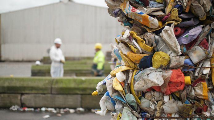 Schoon plastic levert geld op, vervuild afval kost de gemeente geld, want het moet de oven in.