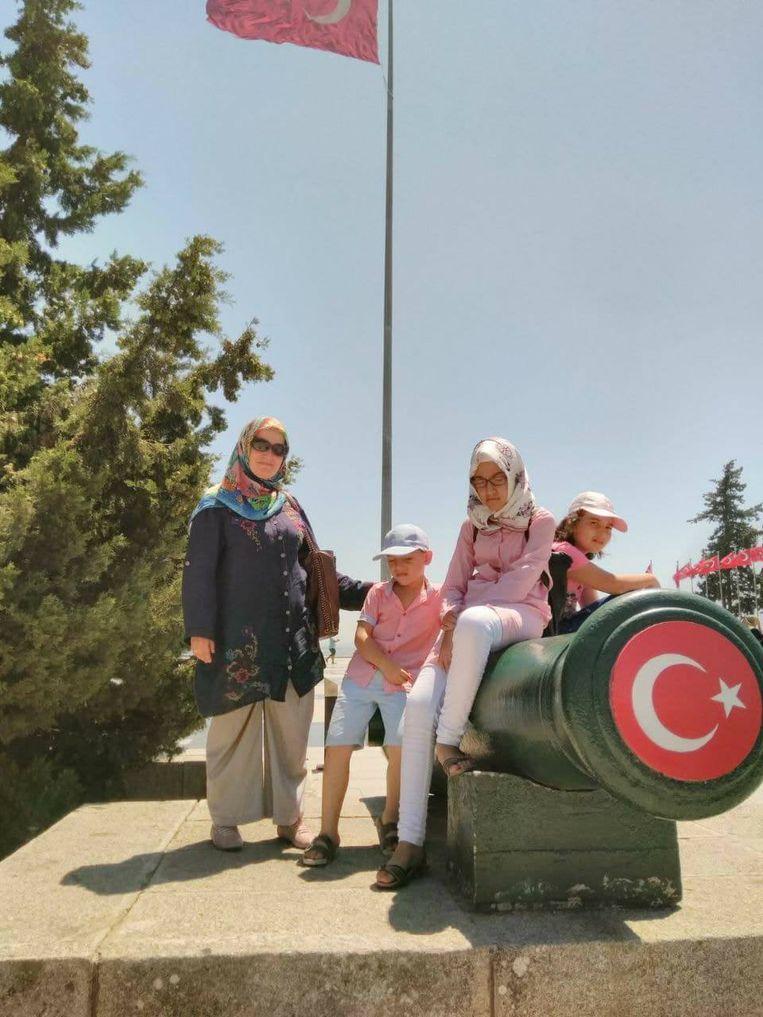 Nur Maden, met haar drie kinderen Feridun (7), Bahar (10) en Nadire (13) op een toeristische uitstap. Beeld rv