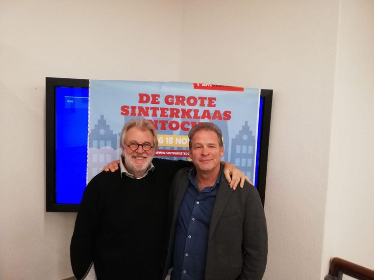 Jeroen Krabbé, de huidige Sinterklaas van Amsterdam, naast Erik van Muiswinkel, die hem vanaf volgend jaar opvolgt Beeld Patrick Meershoek