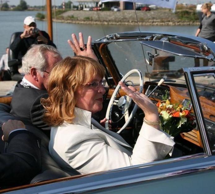Carla Breuer arriveert in Werkendam. foto Ad van Hasselt