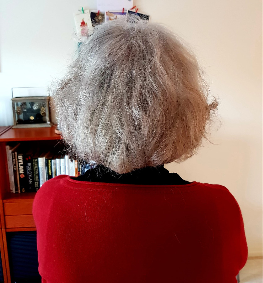 """Anneke Derksen ziet geen enkel probleem. ,,Zelf zeven centimeter van de achterkant afgeknipt met kappersschaar van de drogist en een driedelige spiegel. Werkje van 2 minuten."""""""