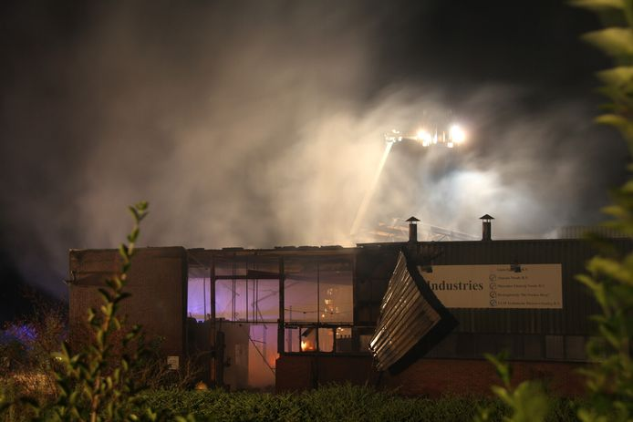 Afgelopen nacht heeft er een grote brand gewoed bij het voormalige fabrieksgebouw van Gieterij B.V..