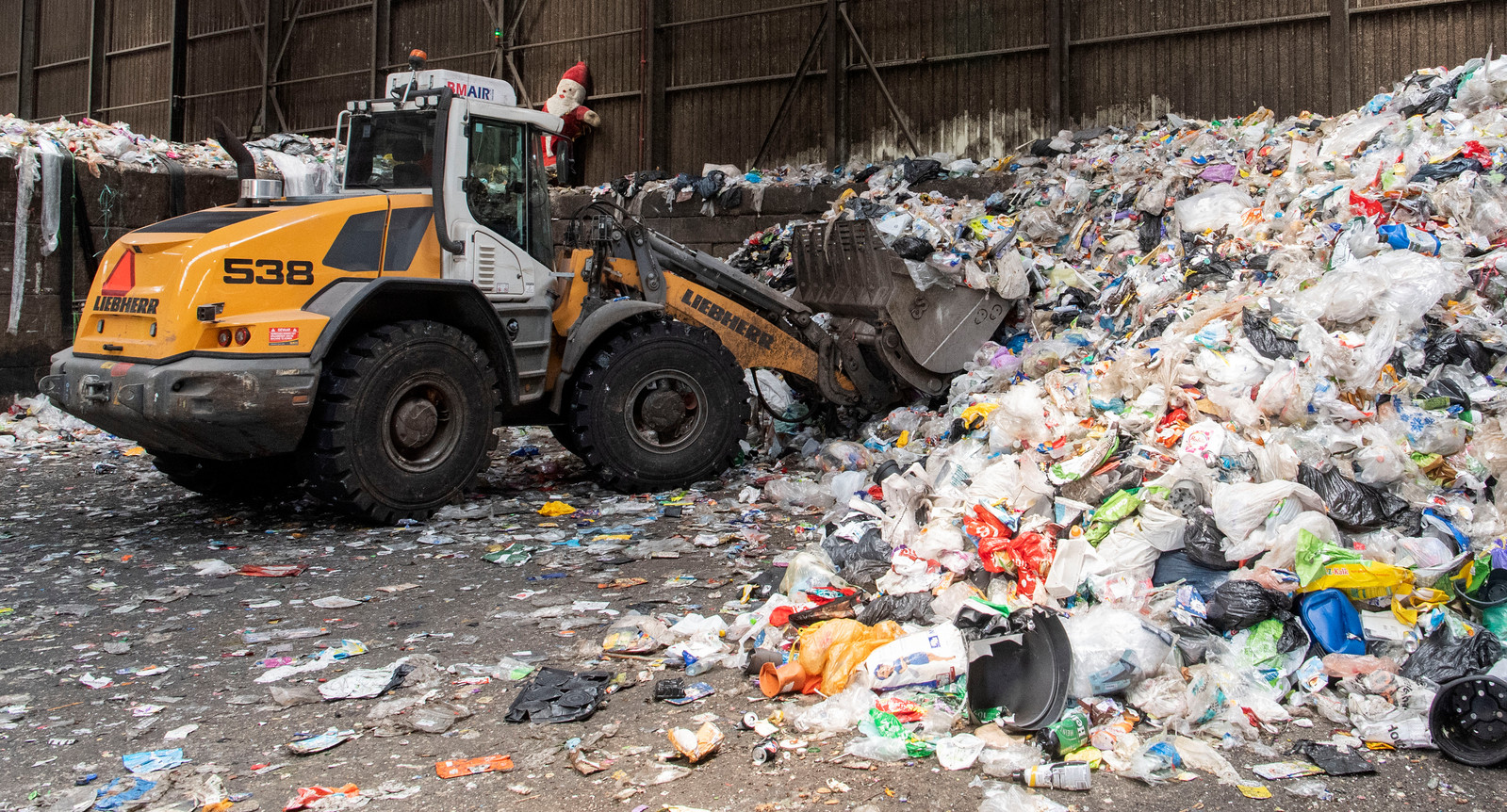 PMD-afval wordt lang niet altijd goed gescheiden in Almelo. Vorig jaar werd 70 procent afgekeurd.