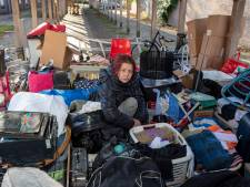 Chantal (48) slaapt in zelfgemaakt huis van verhuisdozen, nadat ze op straat is gezet door corporatie