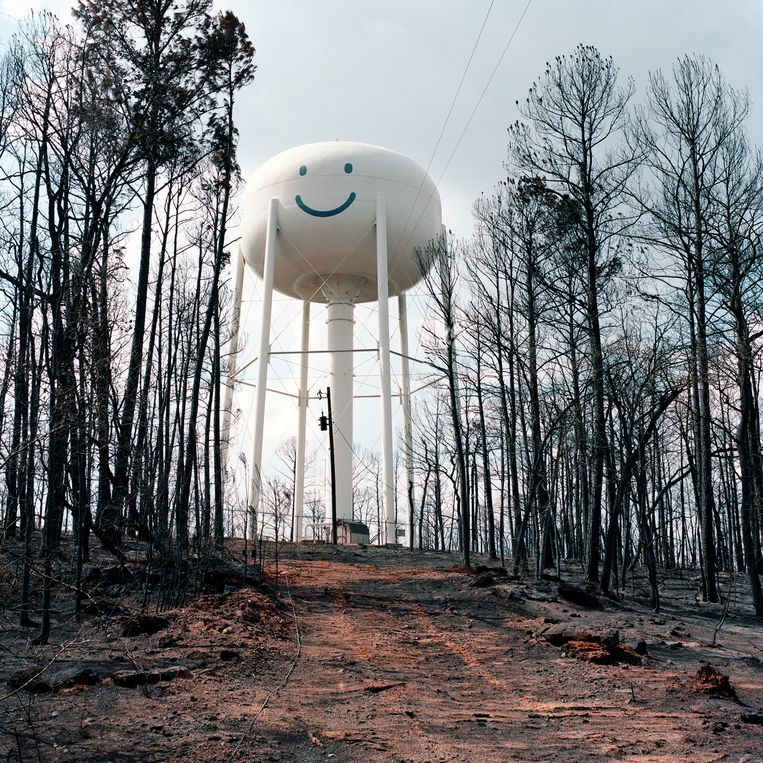 Bosbrandje gehad? De watertoren in Bastrop County, Texas, blijft lachen. Beeld Sandy Carson/INSTITUTE