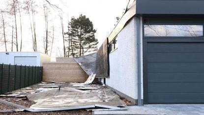 Dak van pas gerenoveerde bungalow vliegt weg