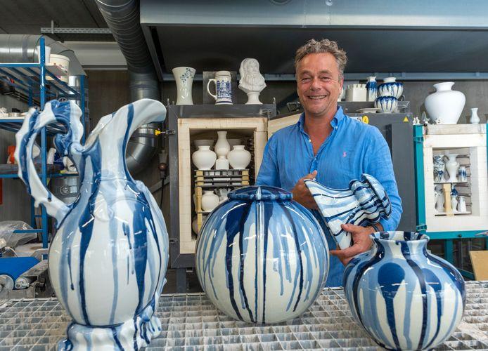 Jorrit Heinen laat een paar modellen uit de nieuwe collectie van Heinen Delfts Blauw zien, een serie vazen voor wie niet van bloemetjes en molentjes houdt.