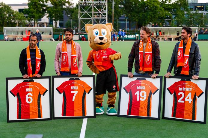In de rust van het play-offduel van de vrouwen van Oranje-Rood tegen Amsterdam (2-5 verlies) nam de club afscheid van vier iconen vlnr: Rashid, Rizwan, Bob de Voogd en Robert van der Horst.