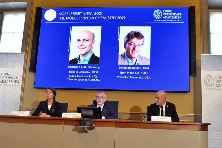 De bekendmaking van de winnaars van de Nobelprijs voor scheikunde aan Benjamin List en David MacMillan, woensdag in Stockholm. Beeld EPA