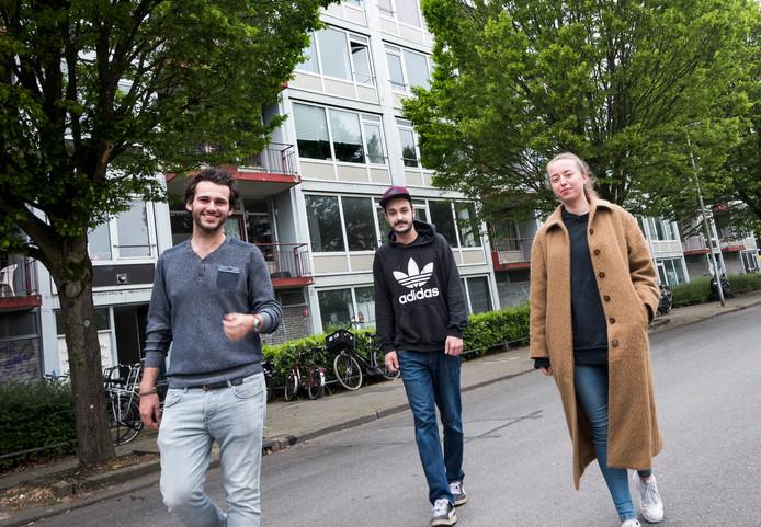 Anti-kraak bewoners Marcel van Kommer (links), Colin Schraauwers en Wies Mobach bij hun flat aan de Camera Obscuradreef, die wordt gesloopt en waar middenhuur- en koopwoningen komen.