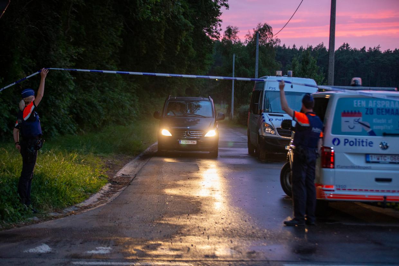 Een auto vervoert het lichaam van Conings  Beeld BELGA