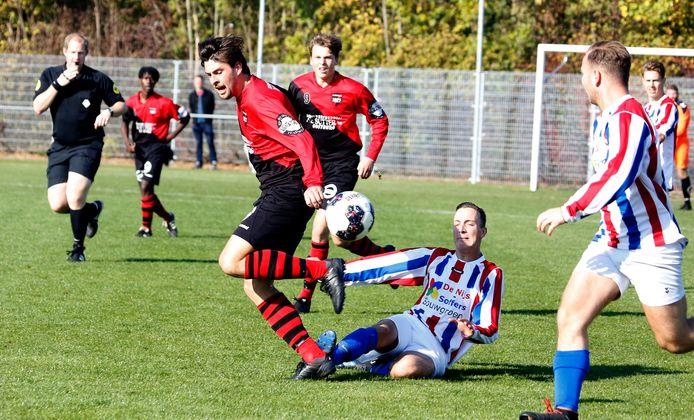 Ruben van der Meulen enkele seizoenen terug in actie voor Oostburg, tijdens een duel met Meto. Rechts zijn jongere broer Jochem, die komend seizoen ook de overstap maakt naar Terneuzense Boys.