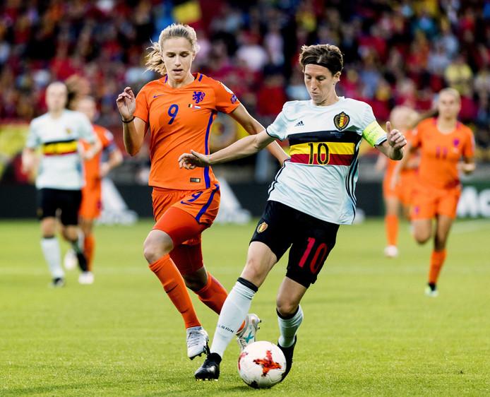 Aline Zeler duelleert met Vivianne Miedema tijdens de EK-wedstrijd Nederland-België in Tilburg.