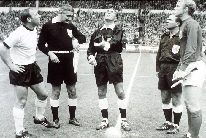 Uwe Seeler bij de toss voor de WK-finale in 1966. Rechts Bobby Moore