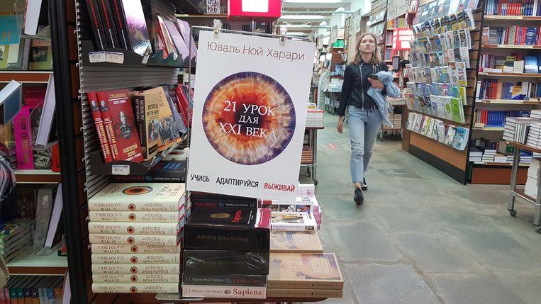 Boeken van Yuval Noah Harari uitgestald in de populaire boekwinkel Biblio-Globus in Moskou. Beeld Tom Vennink